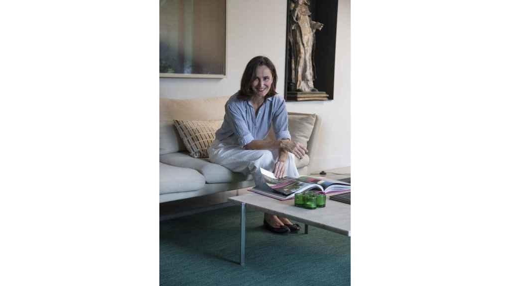 La arquitecta Ana Girod, sentada en un sillón diseño de Antonio Citterio para Vitra.