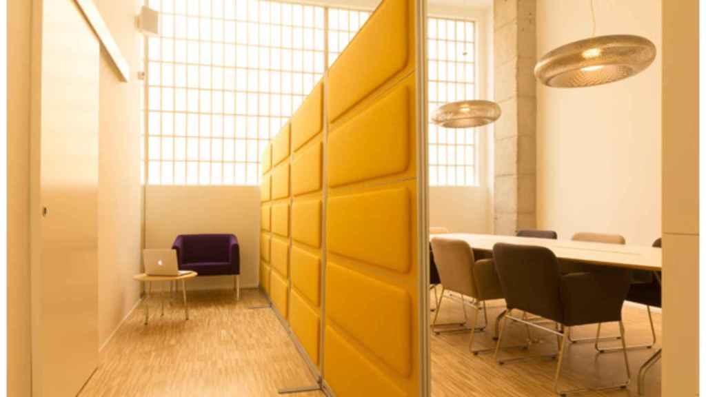 Sala de reuniones de una oficina reformada y decorada por la arquitecta Ana Girod, y climatizada con energía aeortérmica