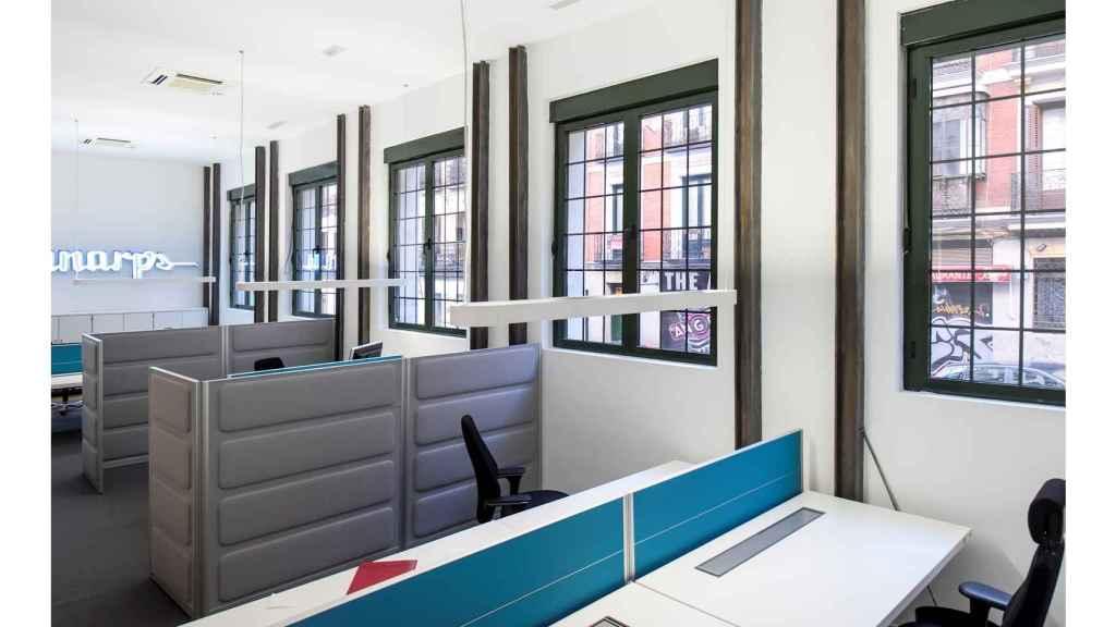 Varios puestos trabajo en un espacio de co-working diseñado por Ana Girod y también climatizado gracias a la aerotermia.