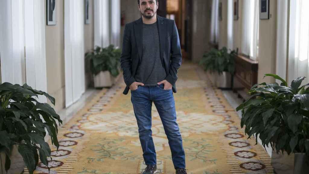 Alberto Garzón, este lunes en los pasillos del Congreso de los Diputados.