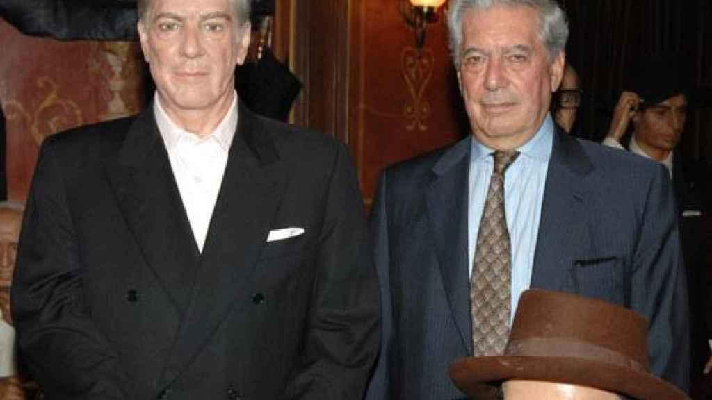 A la derecha, Mario Vargas Llosa junto a su figura de cera, a la izquierda.