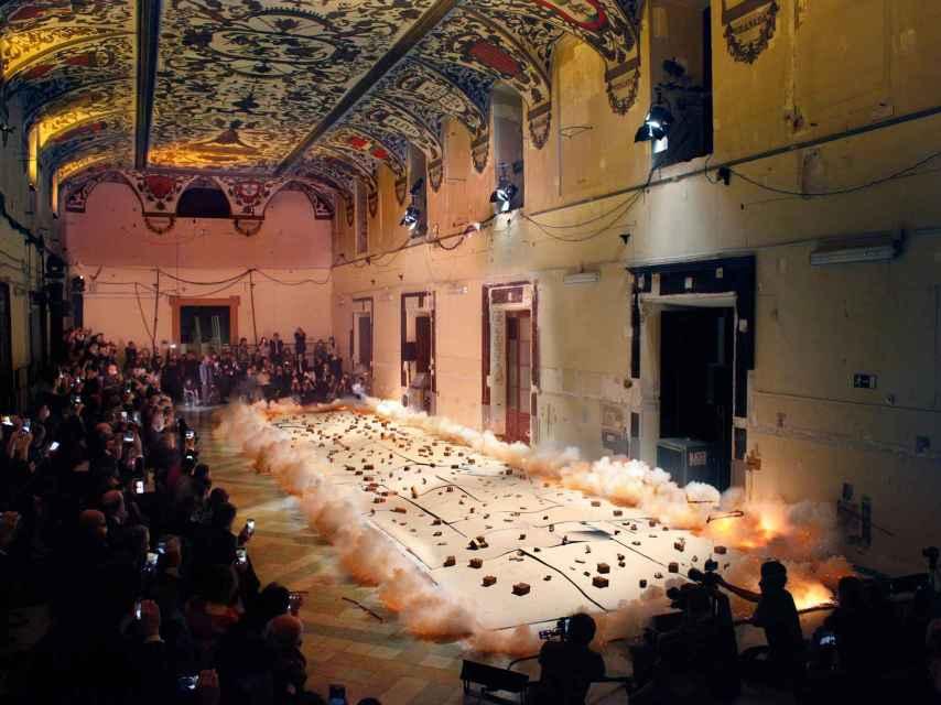 Foto de la creación del cuadro polémico, con 200 invitados al acto en el Salón de Reinos, entre ellos millonarios chinos.