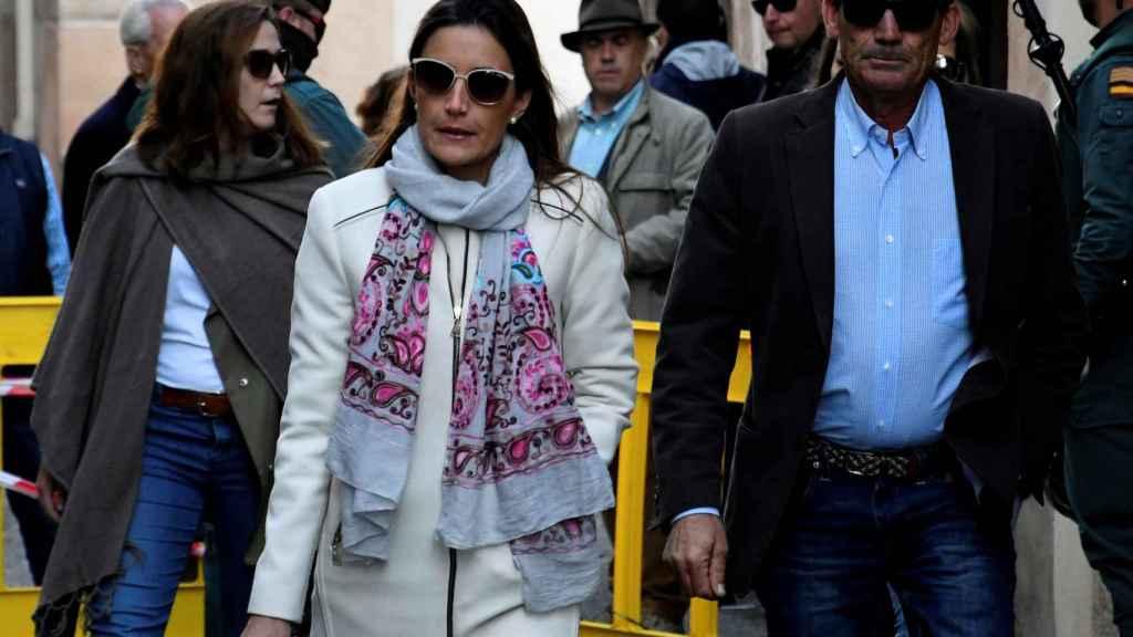 El padre de Víctor Barrio, Joaquín Barrio (d), y la viuda Raquel Sanz (i), a su llegada al Juzgado