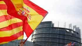 Una bandera catalana y otra española frente al Parlamento de Estrasburgo.
