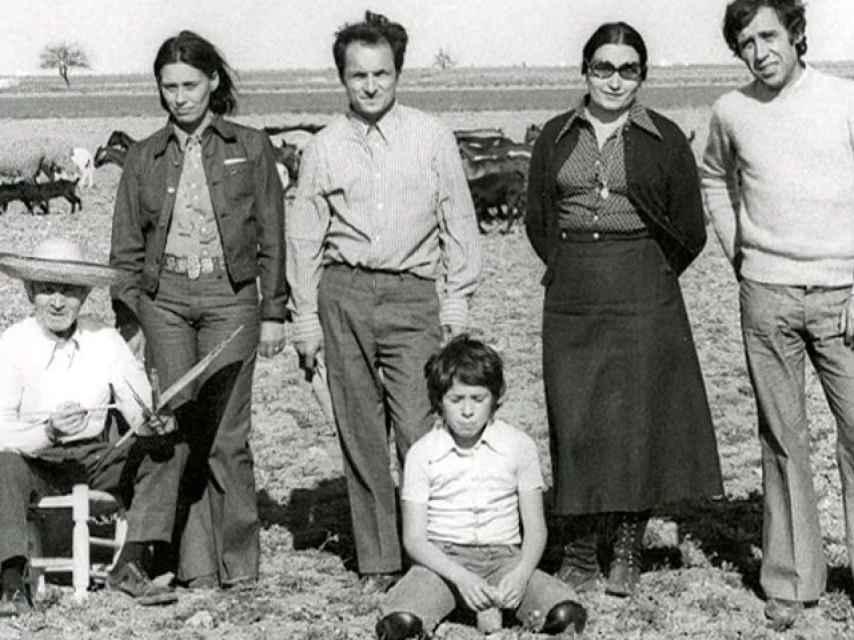 De izquierda a derecha: Antonio López Torres (sentado), Isabel Quintanilla, Antonio López García, Francesco (hijo de Isabel Quintanilla y de Francisco López), María Moreno y Francisco López en Tomelloso, 1973.