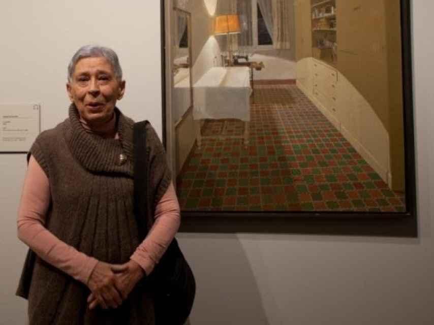 La pintora Isabel Quintanilla junto a una de sus obras, en el Museo Thyssen.