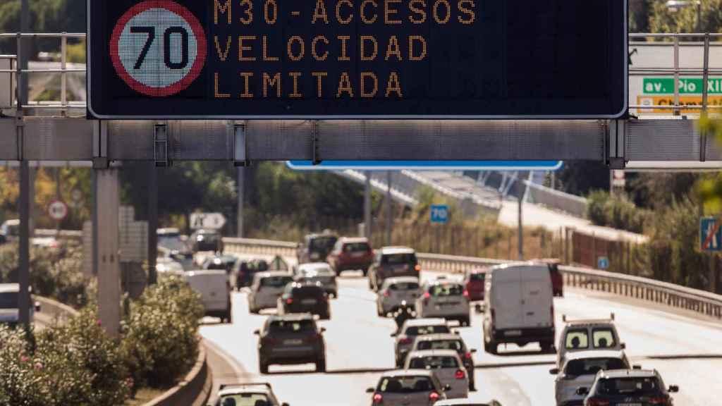Un luminoso marca la prohibición de circular a más de 70 km/h en la M-30.
