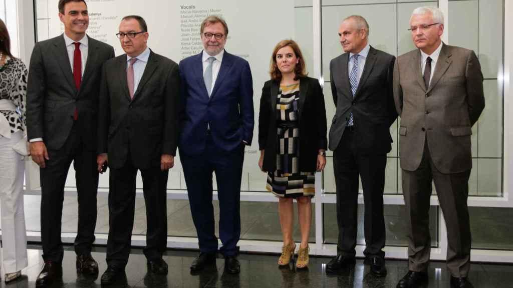 Juan Luis Cebrián y Soraya Sáenz de Santamaría junto al líder del PSOE Pedro Sánchez.