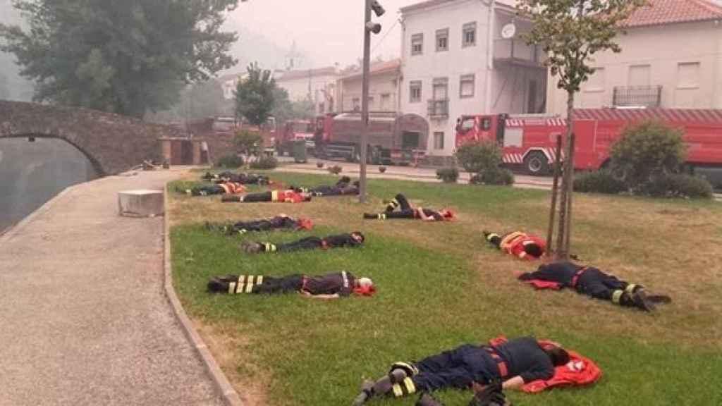 Los bomberos de Portugal descansando e el suelo.