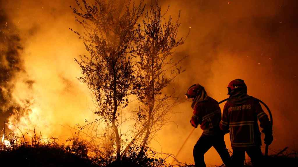 Dos bomberos portugueses combatiendo el fuego.