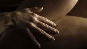 Una pareja se hace cariñitos durante un encuentro sexual.