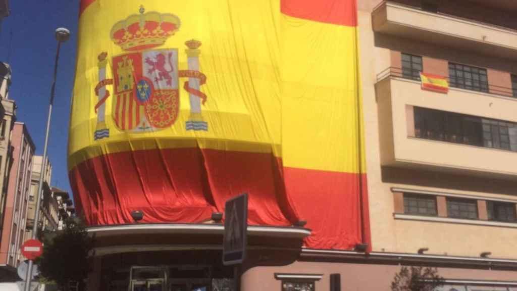 El Teatro Barceló forrado en una gran bandera de España. Cedida por Íñigo de Lorenzo.