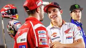 Márquez charla con Dovizioso al término de la conferencia de prensa en Sepang