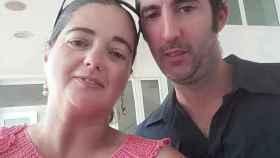 Carolina, madre por sorpresa, junto a su marido Gonzalo, que ahora cuida de las gemelas