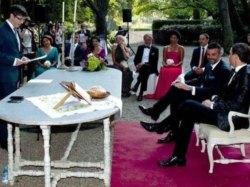 Carles Puigdemont, casando a Santi Vila y a su novio el 5 de julio de 2014.