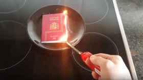 Un independentista quema su pasaporte español.