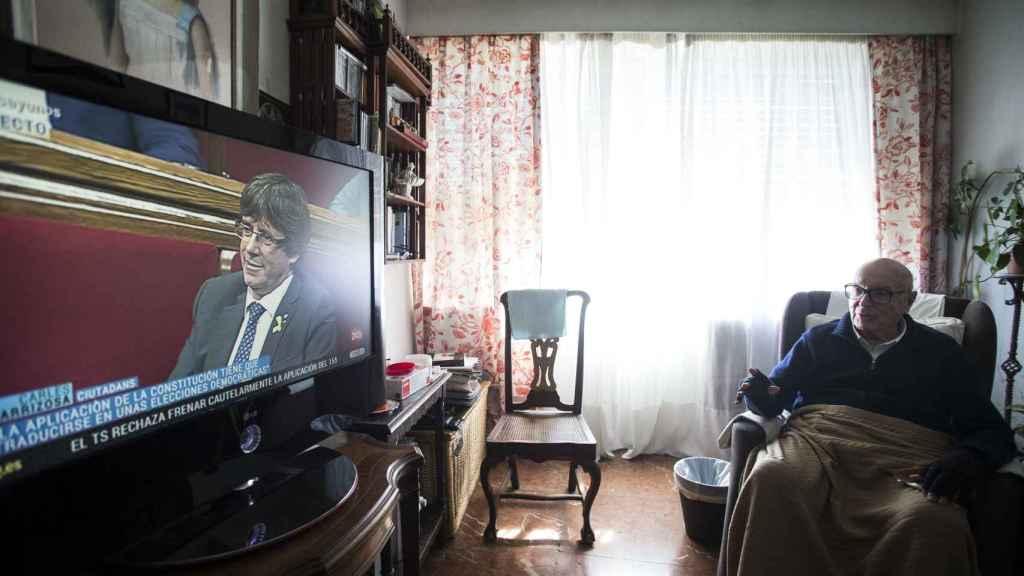 Clavero siguiendo los acontecimientos en el parlamento catalán a través del televisor de su casa.