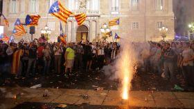 Un grupo de independentistas celebran en la plaza de Sant Jaume la proclamación de la república catalana.