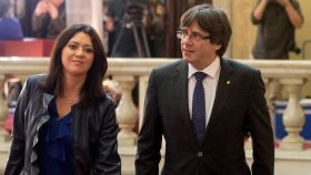 Marcela Topor junto a Carles Puigdemont en el pleno del Parlament.