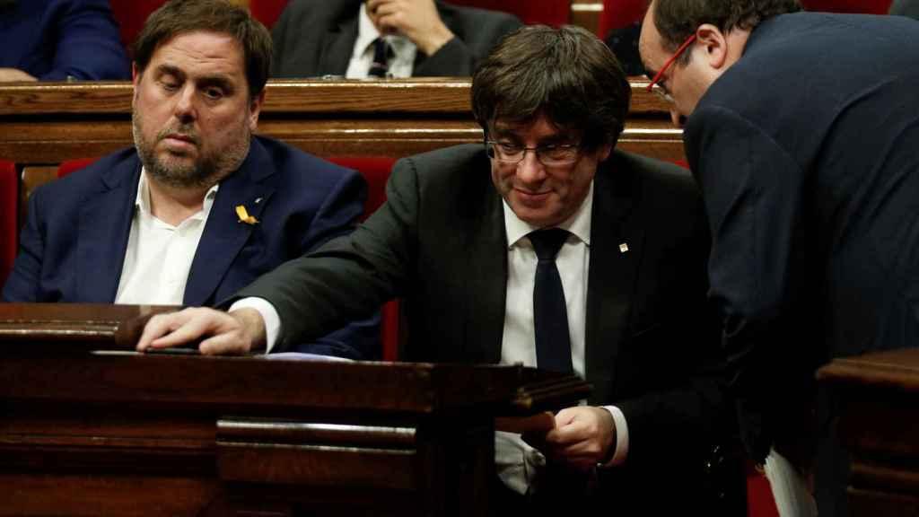 Puigdemont conversa con Miquel Iceta. A la derecha del president, Oriol Junqueras.