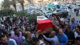 Cargan con el ataúd de uno de los policías muertos en el ataque del 21 de octubre.