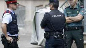Un Mosso d' Esquadra, una Guardia Civil y un Policia Nacional, en Barcelona en septiembre de este año.