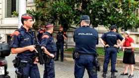 Agentes de los Mossos d'Esquadra y de la Policía Nacional en Cataluña
