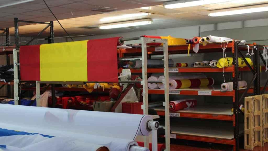 En la fábrica Sosa-Dias se han vendido 37.000 banderas de España en los últimos 50 días.