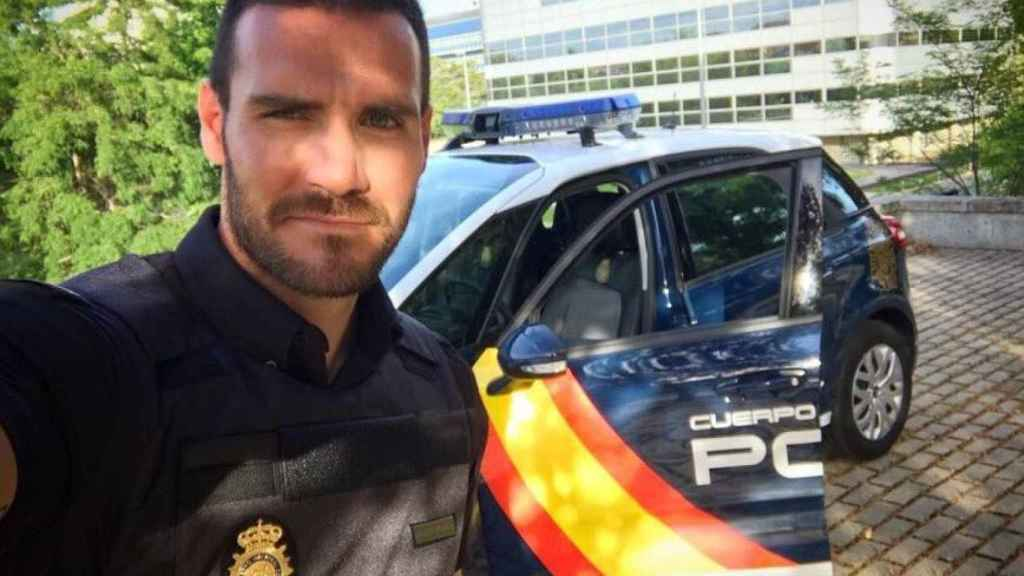 Saúl Craviotto posa con el coche de la Policía.