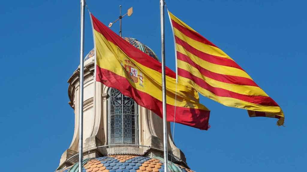 Imagen de las banderas españolas y catalana en el Parlament.