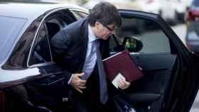 Puigdemont sale de su coche oficial.