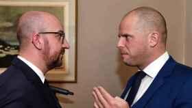El primer ministro belga, Charles Michel, y su minsitro de Migración y Asilo, Theo Francken.