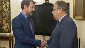 El ministro Zoido saluda a Ferran López
