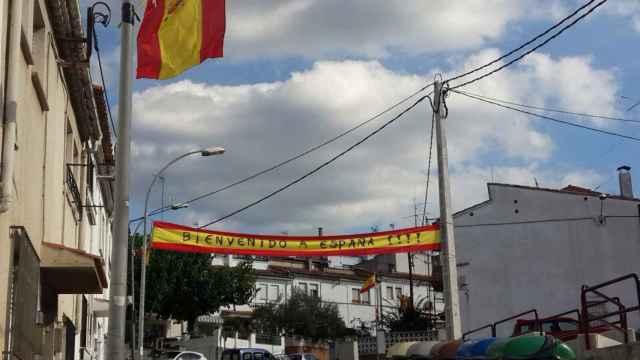 Bandera con el lema 'Bienvenido a España' que la comunidad gitana de Villaroja (Girona) han colgado a la entrada del barrio.