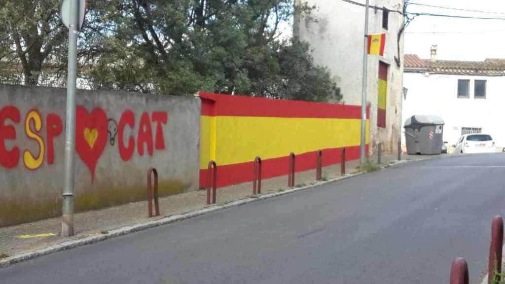 Bandera pintada en un muro por varios gitanos de la barriada gerundense.
