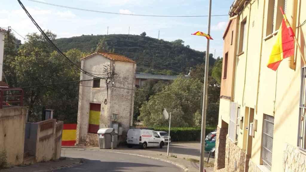 Los vecinos del barrio han llenado de banderas españolas las calles de Villaroja.