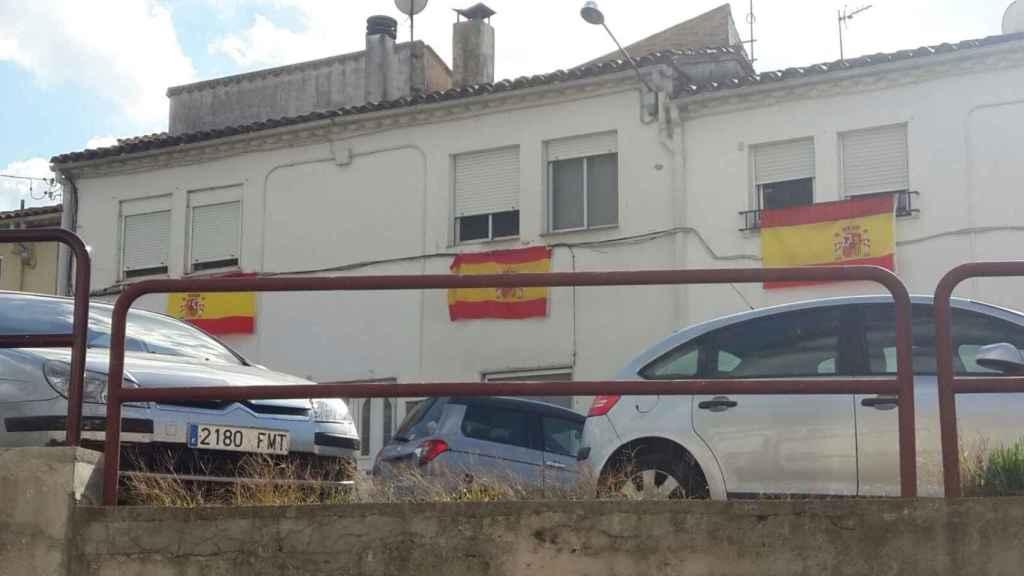 Banderas de España colgando en las ventanas de varias casas de Villaroja (Girona).