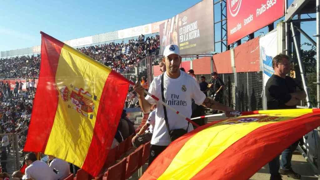 Santi asistió al partido entre el Girona y el Real Madrid de este domingo con dos banderas de España.