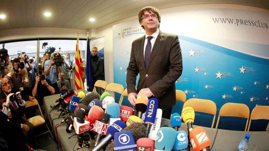 Puigdemont antes de hablar a la prensa.