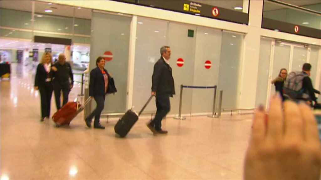 Joaquim Forn y Dolors Bassa, a su llegada al aeropuerto de El Prat.
