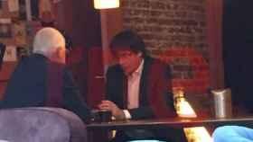 Puigdemont, en una cafetería de Bruselas, a la hora en la que debería de haberse presentado en la Audiencia.