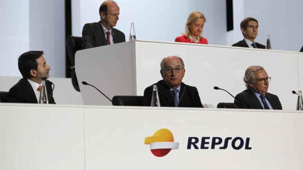 Abajo, a la izquierda, Josu Jon Imaze y, a su lado, Antonio Brufau, en la última junta de Repsol.