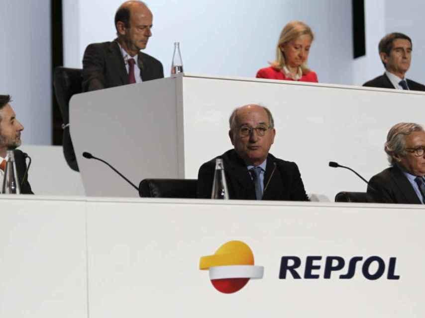 Abajo, a la izquierda, Josu Jon Imaz y, a su lado, Antonio Brufau, en la última junta de Repsol.