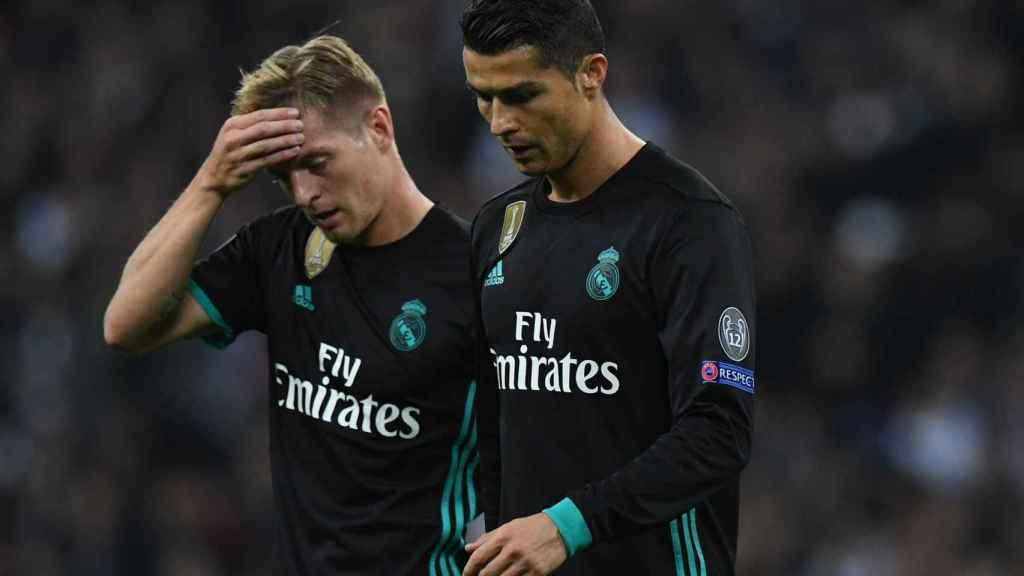 Kroos y Cristiano, cabizbajos tras la derrota del Real Madrid ante el Tottenham.