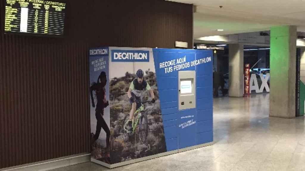 La taquilla de Decathlon instalada en la estación de autobuses de Pamplona.