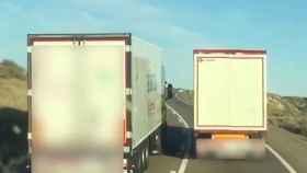 Momento del adelantamiento kamikaze entre dos camiones en plena línea continua
