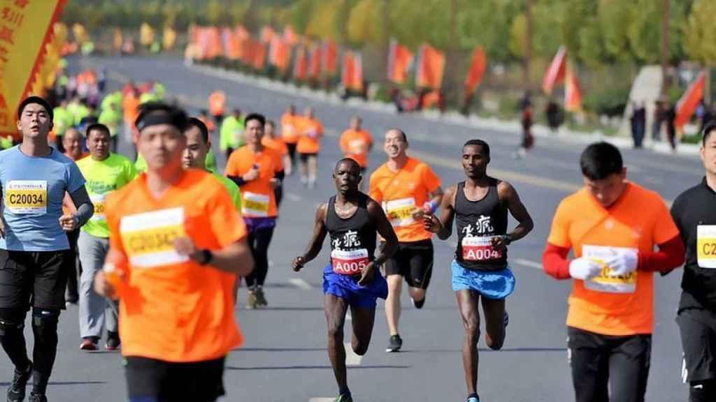 Alelgn, a la derecha, al ganar la Maratón de Songshan Shaolin.