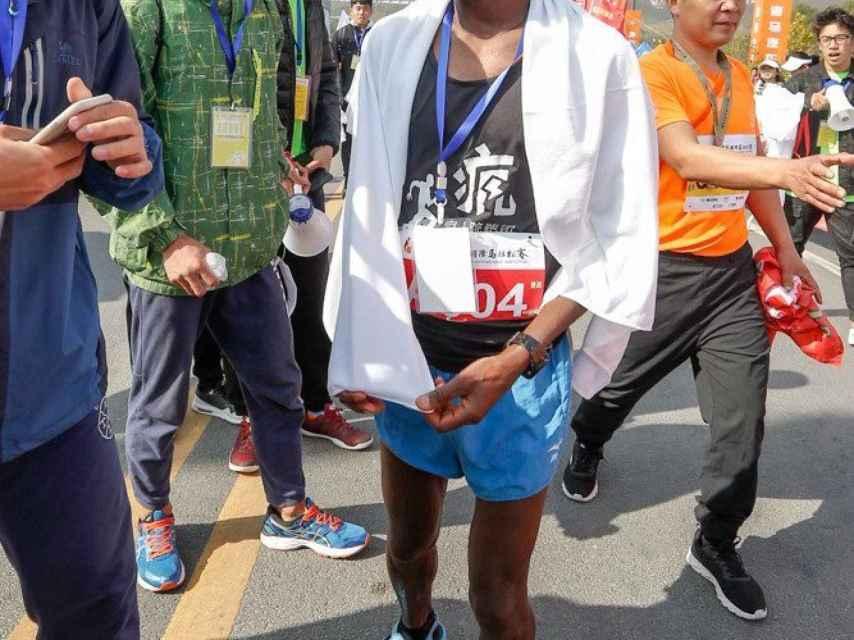 Amogne Sendeku Alelgn tras una de sus victorias maratonianas.