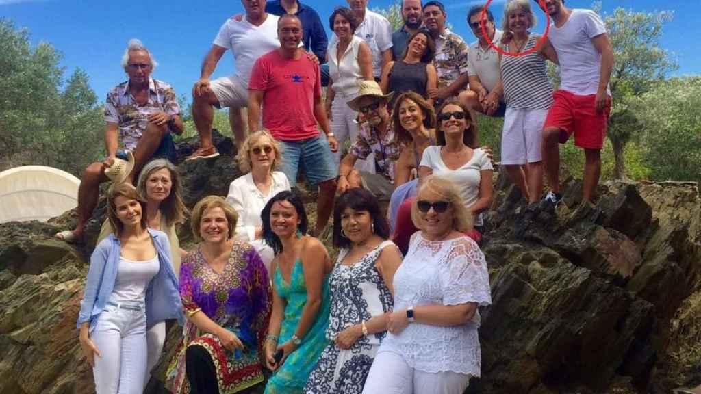 Alba Tous en una fiesta en casa de Pilar Rahola junto a Puigdemont y Laporta.