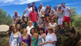 La presidenta de la firma de joyería, Alba Tous (señalada con un círculo) en una fiesta en casa de Pilar Rahola (abajo, vestida de fucsia) junto a Carles Puigdemont (arriba, camisa azul) y Joan Laporta (a su lado, con gafas de sol).